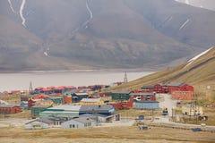 Sikt till staden av Longyearbyen, Norge Royaltyfria Foton