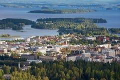 Sikt till staden från det Puijo tornet i Kuopio, Finland arkivbild