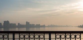Sikt till staden från en bro Arkivfoto