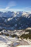 Sikt till staden i de schweiziska fjällängarna från det höga berget Arkivfoton