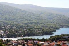 Sikt till Starigrad, en stad på den Hvar ön royaltyfria bilder