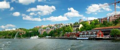 Sikt till Stockholm med en liten pir nära Nacka strandt Royaltyfri Bild