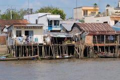 Sikt till styltahusen i Cai Be, Vietnam Arkivfoton