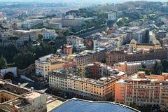 Sikt till tak av byggnader uppifrån av basilikan för kupolSt Peter ` s Treesfält och snow rome italy Royaltyfri Fotografi