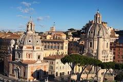 Sikt till tak av Rome horisont med kupoler kyrkliga Santa Maria di Loreto och kupolen kyrkliga Nome di MarÃa Royaltyfri Bild