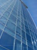 Sikt till texturerad bakgrund av modern glass kontorsbyggnad royaltyfria bilder