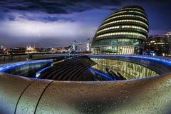 Sikt till tornbron från det mer London området under en åskväder Royaltyfri Bild