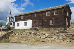 Sikt till traditionellt trätornet för hus och för kyrklig klocka av kopparminstaden av Roros i Roros, Norge Arkivbilder