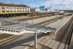 Sikt till trappuppgången som leder till järnvägsstationplattformen i Vilnius, Litauen Arkivbild