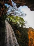 Sikt till vattenfall av Monasterio de Piedra från grottan, Zarago Royaltyfri Bild
