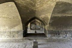 Sikt under bron Si-nolla-se i Esfahan, Iran Arkivfoto