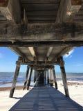Sikt under den wood havbryggan Fotografering för Bildbyråer