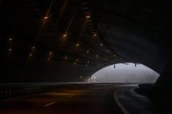 Sikt under en tunnel på en huvudväg royaltyfri bild