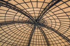 Sikt under taket som är gammalt i zoo Arkivfoto