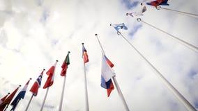 Sikt underifrån av att vinka flaggahalva stången för rysk federation stock video