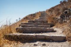 Sikt underifrån av den forntida trappan Arkivbild