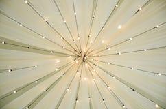 Sikt underifrån av en bröllopmarkis Retro belysninggarnering för tappning arkivfoto