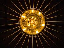 Sikt underifrån av en ljus kula royaltyfri bild