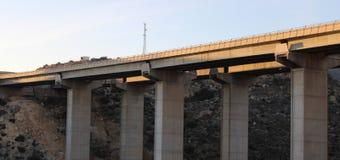 Sikt underifrån av motorwayen arkivfoto