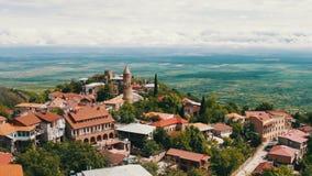 Sikt uppifrån av en pittoresk Alazani dal Sighnaghi Georgia Panoramautsikt på stadslandskapet lager videofilmer