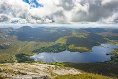 Sikt uppifrån av monteringen Errigal, Co Donegal royaltyfria foton