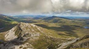 Sikt uppifrån av monteringen Errigal, Co Donegal arkivbild
