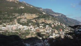 Sikt uppifrån på färgrika byggnader för Positano stad lager videofilmer