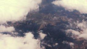Sikt ut ur det plana fönstret Flyg- sikt av staden, hav Flyga över staden, hav med nivån oklarheter som över flyger lager videofilmer