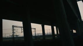 Sikt ut ur fönstret av ett rörande snabbt drev under bron Tung dimma, mörk smog skapar förtryckande atmosfär stock video