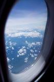 Sikt ut ur flygplan i flyg Arkivbild