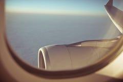 Sikt ut ur trafikflygplanfönster arkivfoto