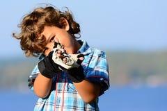 Sikta för pojke Fotografering för Bildbyråer