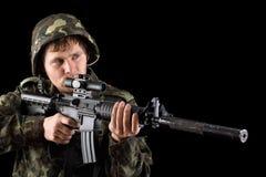 Sikta soldaten med ett gevär Arkivbilder