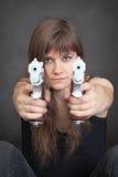 siktar allvarligt två kvinnabarn för pistoler fotografering för bildbyråer