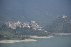 Sikten över den Castel di Tora byn och Antuni rockerar, den Lazio regionen, Italien Royaltyfria Bilder