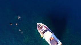 Sikten över den privata yachten på havet, folk badar nära yachten lager videofilmer