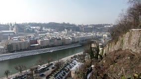 Sikten över den Salzach floden in mot stad för ` för ` för Salzburg ` s gammal arkivfilmer