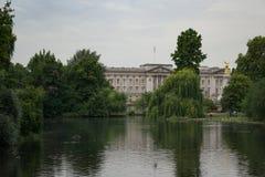 Sikten över den St James `en s parkerar sjön till Buckingham Palace i London, England royaltyfria foton