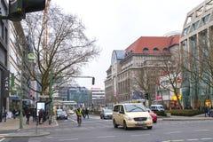 Sikten över den Tauentzien för Berlin boulevard` `en med shoppar till den berömda galleria`-KaDeWe `en, Arkivfoton