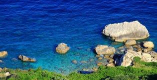 Sikten över en azurblått seglar utmed kusten på den Korfu ön Royaltyfria Bilder