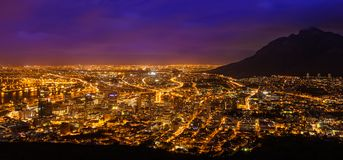 Sikten över stad och tabellberg från seaa sid Royaltyfria Foton