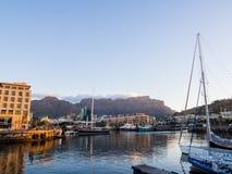 Sikten över stad och tabellberg från seaa sid Fotografering för Bildbyråer