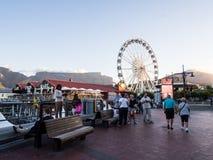 Sikten över stad och tabellberg från seaa sid Royaltyfri Fotografi