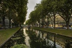Sikten över vattnet fodrade med träd på Königsallee, Dusseldorf, Tyskland arkivfoton