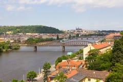 Sikten överbryggar floden och av den historiska mitten Prague Royaltyfri Foto