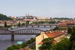 Sikten överbryggar floden och av den historiska mitten Prague Arkivbilder