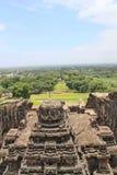 Sikten av överkanten av den Kailsa templet, den forntida hinduiska stenen sned templet, grottan inga 16, Ellora, Indien Royaltyfri Bild