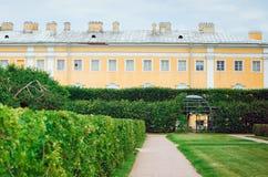 Sikten av övre parkerar i den Pertergof slotten St Petersburg Ryssland arkivbild
