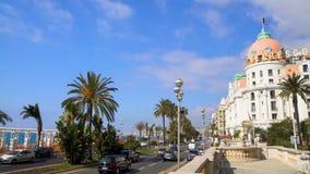 Sikten av aktiv vägtrafik på Promenade des Anglais i Nice, turnerar till Frankrike lager videofilmer