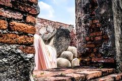 Sikten av att vila Buddha på Wat Phutthaisawan, som är den forntida buddistiska templet i den historiska Ayutthayaen, parkerar, p fotografering för bildbyråer